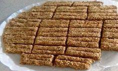 Παστέλι από τα χεράκια μας! Υλικά – 500 γραμ μέλι – 500 γραμ σουσάμι Εκτέλεση Σε μια κατσαρόλα βράζουμε το μέλι για 3 με 5 λεπτά -όχι παραπάνω – ρίχνουμε το σουσάμι και ανακατεύουμε για άλλα 2 ' Στρώνουμε μία μεγάλη λαδόκολλα την περνάμε με λάδι απλώνουμε με βρεγμένα χέρια
