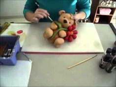 URSO SABIÁ EM BISCUIT COM FABI SIMONETTI Clay Projects, Diy Projects To Try, Clay Bear, Clay Videos, Cute Clay, Pasta Flexible, Chocolate Molds, Fancy Cakes, Cold Porcelain