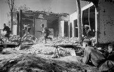 Советские солдаты в бою в разрушенном населенном пункте в районе Киева