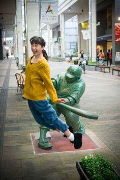 Girls in Niigata Are Hitting It Off with A Baseball Manga Statue ケツバットガール その30