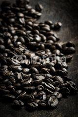 Viele Espressobohnen in Nahaufnahme auf Holzschale