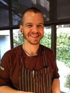 David Muñoz (Restaurante Diverxo- Madrid, España) es un joven cocinero pero ya ha recibido los premios a Cocinero Revelación 2008, Cocinero del Año 2008, y en 2009 la primera estrella Michelin y el Premio Nacional de Gastronomía al Mejor Cocinero. Recientemente obtuvo su segunda estrella de la prestigiosa guia. Estudió en la Escuela de Hostelería de Torrejón de Ardoz, y es un discipulo de Abraham Garcia, fusiona su cocina con preparaciones occidentales producto de su paso por Nobu y…