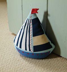 ein Boot in verschiedener Farbe, vorwiegend blau mit roter Fahne   Türstopper nähen