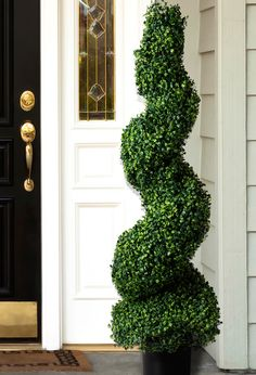 Decorate your doorstep with a realistic-looking artificial topiary, which can be placed indoors or outdoors thanks to its UV-resistant rubber leaves