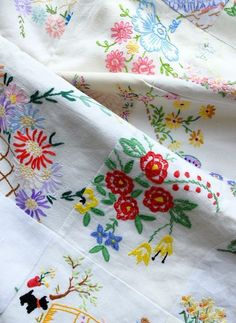 Vintage Embroidery Designs Beautiful quilt made from scraps of vintage embroidery - makes me want to collect vintage pieces. Embroidery Designs, Embroidery Transfers, Embroidery Stitches, Hand Embroidery, Machine Embroidery, Embroidery Sampler, Vintage Embroidery Patterns, Embroidery Blanks, Embroidery Boutique