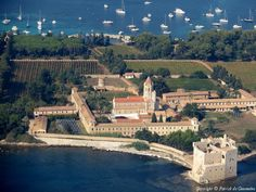 ✈️ Photo aérienne de : Iles de Lérins - Alpes-Maritimes (06) Cannes, Aerial Photography, Aerial View, Sailing, Castle, Europe, River, Spaces, Mansions