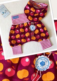 Dieses tolle Set ist aus leichtem Babycord mit Äpfelchen Motiv. Extra hohes Bauchbündchen, kann auch umgeschlagen werden. Das Halstuch kann man wenden und es ist mit Druckknöpfen...