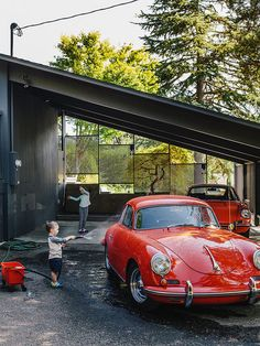 Lilyvilla Gardens built custom wood and concretesteps connecting the streetto the house, which flow into anexposed patio under the refurbishedcarport. In addition to collecting midcentury furniture, Ty Milford is a vintagecar aficionado and owner of two cherry red Porsches.