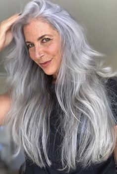 Long Hair Older Women, Sexy Older Women, Old Women, Grey Hair Old, Grey White Hair, Long Silver Hair, Long Gray Hair, Aging Gracefully, Fashion Beauty