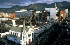 Avenida Chile (Cll.72 - Cra.11) en primer plano la iglesia de Nuestra Señora de los Ángeles de la Porciúncula y Centro Comercial Avenida Chile. Bogotá D.C.