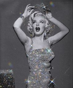 Find images and videos about vintage, Queen and Marilyn Monroe on We Heart It - the app to get lost in what you love. Boujee Aesthetic, Bad Girl Aesthetic, Aesthetic Collage, Aesthetic Vintage, Aesthetic Pictures, Black And White Picture Wall, Black And White Pictures, Glitter Fotografie, Estilo Marilyn Monroe
