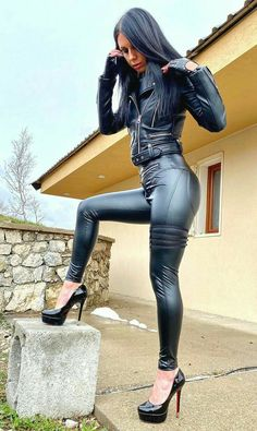 Leather Gloves, Leather And Lace, Leather Pants, Bike Leathers, Latex Babe, Leder Outfits, Tight Leggings, Beautiful Legs, Pretty Woman
