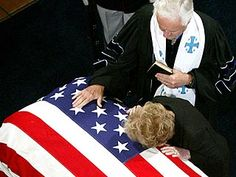 a tearful former first lady nancy reagan placed her hands and head to the flag-draped casket of her late husband ronald reagan at the presidential library in california's simi valley on june 2004 Greatest Presidents, American Presidents, Us Presidents, 40th President, President Ronald Reagan, American Pride, American History, Nancy Reagan, Simi Valley