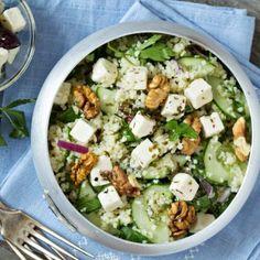 Sie mögen Gurkensalat? Dann werden Sie diese Variante lieben! Erweitern Sie Ihr Lieblings-Gurkensalat-Rezept einfach um Walnüsse, Feta und Couscous. Der Salat passt am besten zu gegrilltem Fisch...