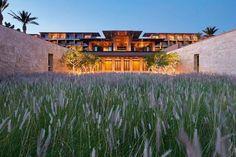 """Zwei Gesichter hat Los Cabos: Das hübsche des ruhigen San José del Cabo und das aufgeregte des schrillen Cabo San Lucas. In den Dünen beim beschaulichen San José hat Jim Olson vom Architekturbüro Olson Kundig aus Seattle ein neues """"Marriott"""" designt, das sich ganz der stillen Größe der Landschaft hingibt."""