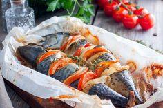 Macroul copt după această rețetă este perfect pentru o cină ușoară în familie. Peștele iese deosebit de gingaș și aromat, iar sosul de iaurt și pastă de tomate face acest fel de mâncare suculent și nemaipomenit de gustos. INGREDIENTE: -3 macrouri; -3 cepe; -5 linguri de iaurt natural; -5 linguri pastă de tomate; -2 roșii; -condimente – după gust; -sare și piper negru măcinat – după gust. MOD DE PREPARARE: 1.Curățați peștele și tăiați-l bucăți. 2.Curățați ceapa și tăiați-o rondele. 3.Spălați…
