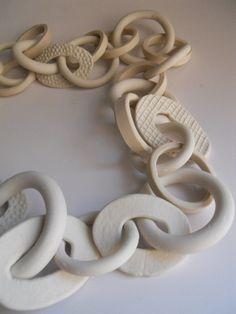 Me gustan mucho las pulseras y los collares pero quiciera saber los componentes del material que usa  para  hacerlas   gracias .