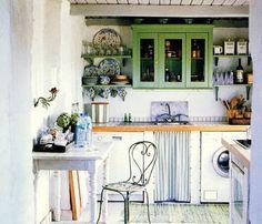 cocina bohemia con mueble pintado verde y silla vintage de hierro