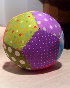Fabric ball, ohhhhhhh i like it Diy Sewing Projects, Sewing Hacks, Fabric Balls, Fabric Toys, Foundation Paper Piecing, English Paper Piecing, Easy Diy Crafts, Baby Sewing, Baby Quilts
