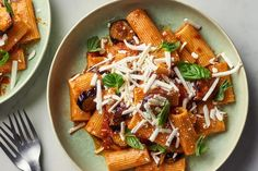 It's the best way to use sweet summer eggplant. Vegetarian Pasta Recipes, Pasta Dinner Recipes, Meal Recipes, Cooking Recipes, Eggplant Pasta, Eggplant Recipes, Veg Dishes, Pasta Dishes