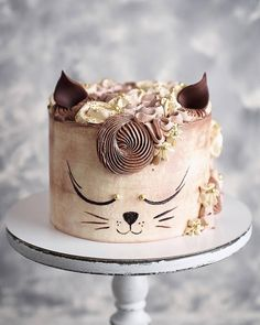Ginger elegant cat 🐈 Yay or Nay? Repost from 📷 . Cute Birthday Cakes, Beautiful Birthday Cakes, Crazy Cakes, Fancy Cakes, Cupcakes, Cupcake Cakes, Bolo Halloween, Cake Decorating Frosting, Cool Cake Designs