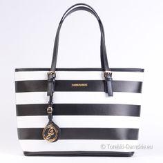 Czarno - biała duża torba damska w pasy biegnące poziomo. Dwa paski regulowanej długości, mieści A4, zamykana na zamek błyskawiczny, 5 kieszeni wewnątrz, płaskie dno. Z przodu ozdobny emblemat i logo. Metalowe elementy w kolorze złotym