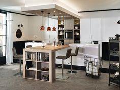 Cuisine avec table de bois synthétique et bibliothèque de rangement en bout de table