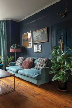 homedecor living room colour Victorian terrace house: Carols home is full of colour, art and antique finds Dark Living Rooms, Living Room Green, Blue Living Room, London Living Room, Victorian Terrace House, Home Decor, Room Decor, Cosy Living Room, Victorian Living Room