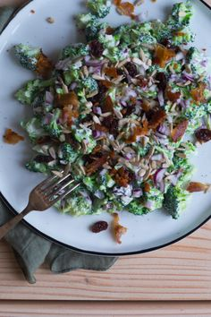 Broccolisalat, den klassiske variant - Julie Bruun Salad Menu, Salad Dishes, Easy Salad Recipes, Easy Salads, Crab Stuffed Avocado, Light Summer Dinners, Cottage Cheese Salad, Raw Broccoli, Seafood Salad