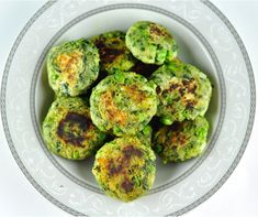 Hara Bara kabab is an easy and healthy snack with spinach, potato, and peas. It is an excellent way to include spinach in the kids diet .All you need to do is mix them all up together and shape them as cutlets. Vegetarian Finger Food, Vegetarian Sandwich Recipes, Snack Recipes, Kitchen Recipes, Vegetarian Appetizers, Finger Foods For Kids, Healthy Finger Foods, Healthy Snacks, Healthy Kids