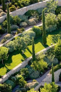 65 Ideas Backyard Design Slope House For 2019 Terrace Garden, Garden Paths, Garden Beds, Formal Gardens, Outdoor Gardens, Steep Gardens, Mediterranean Garden Design, Mediterranean Style, Formal Garden Design