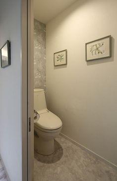 アクセントクロスで上品なトイレ空間(『M邸』4LDKから2世帯住宅へリノベーション)- トイレ/バス事例 SUVACO(スバコ)