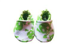Sapatinho para bebê confeccionado em tecido 100% algodão e sola antiderrapante. <br>Disponível nos tamanhos <br>P (0 a 3 meses) 11cm de compr. <br>M ( 4 a 7 meses) 12 cm de compr. <br>G ( 8 a 12 meses) 14cm de compr.