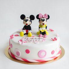 Cele mai indragite personaje Disney, Mickey si prietena lui Minnie, sunt figurinele de poveste ale acestui tort roz pentru copii. Colorat in nuante placute, decorat cu fluturasi si buline, cu figurine modele, tortul Mickey si Minnie roz, nu trebuie sa lipseasca de la petrecerea micutei tale. Baby Cakes, Mousse, Birthday Cake, Desserts, Food, Drinks, Figurine, Conch Fritters, Tailgate Desserts