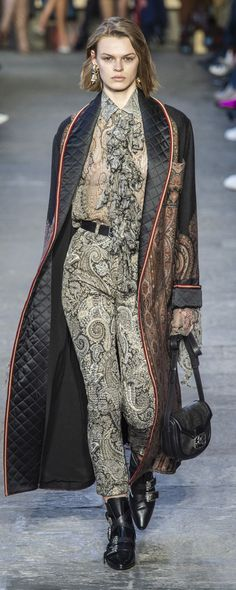 Etro Fall-winter Ready-to-Wear Fashion Over 50, Fashion Tips, Fashion Trends, Fashion Ideas, Ordinary Girls, New Shape, Catwalk, Ready To Wear, Fall Winter