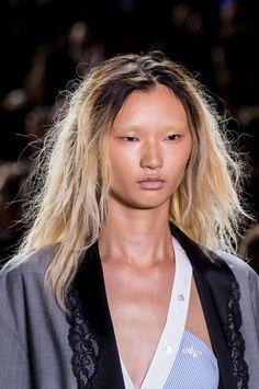 Racines apparentes cheveux blonds racines noirs Alexander Wang Fashion Week de…