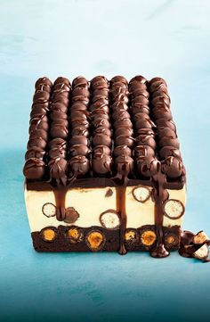 For a dessert with real wow factor you can't go past this decadent Malteser cheesecake slice layered with a rich brownie base, white chocolate centre and dark chocolate topping. Mini Desserts, Just Desserts, Delicious Desserts, Yummy Food, Cheesecake Recipes, Dessert Recipes, Chocolate Topping, White Chocolate, Eat Cake