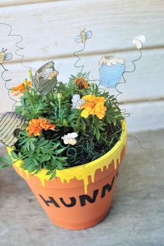 Hunny Pots and Pooh Sticks – Winnie the Pooh Baby Shower Decorations DIY Winnie the Pooh Painted Hunny Flower Pot – Disney Crafts Ideas Painted Flower Pots, Painted Pots, Decorated Flower Pots, Disney Home Decor, Disney Crafts, Disney Garden, Clay Pot Crafts, Easy Crafts, Baby Shower Centerpieces