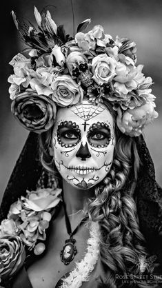 Our Top Ten Halloween Picks from Age of Intimacy HQ: Celebrate the darker side of Halloween and pay tribute to Dios de los Muertos or Day of the Dead this year. Paint your face as a beautiful sugar skull and don a crown of roses to complete the look. La Muerte Tattoo, Catrina Tattoo, Halloween 2015, Halloween Skull, Halloween Costumes, Vintage Halloween, Skeleton Costumes, Sugar Skull Makeup, Sugar Skull Art