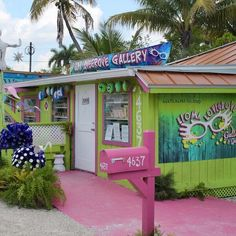 This Old Florida fishing community north of Fort Myers showcases Southwest Florida's artists in the many brightly colored art and craft galleries. #leomalovegrove #artgallery #florida #thingstodo