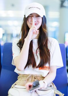 Chinese star Angelababy was spotted at Shanghai airport on July wearing a casual and street-chic outfit. Dance Outfits, Chic Outfits, Shanghai, Girl Drawing Pictures, Angelababy, Fashion Looks, Wild Girl, Evening Outfits, Chinese Actress