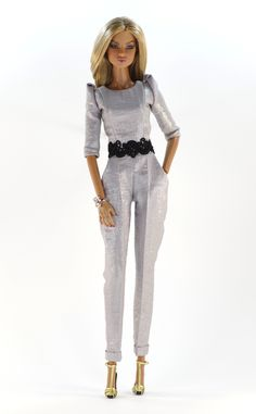 3. set (FR2 body size) set inc.: Silver jumpsuit with guipure belt application and pockets, jewelry, shoes.