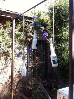 Botellas recicladas, con flor.