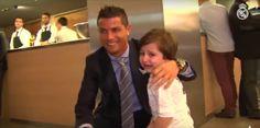 Criança que perdeu os pais em atentado chora ao conhecer Cristiano Ronaldo http://angorussia.com/desporto/crianca-que-perdeu-os-pais-em-atentado-chora-ao-conhecer-cristiano-ronaldo/