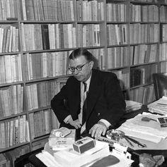 Jean-Paul Sartre Jean Paul Sartre, Albert Schweitzer, King Art, Writers And Poets, Old Photos, Philosophy, Culture, Desks, Birth