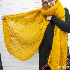 A big scarf like a blanket - Knitting 02 Knitted Blankets, Knitted Hats, Knitting Stitches, Knitting Patterns, Big Wool, Round Hat, Knit In The Round, Knitting Accessories, Diy Crochet