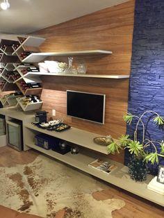 casa cor paraíba - decoração de sala de tv com espaço para adega e vinhos - prateleiras assimétricas e espelho - parede em revestimento de tijolinho pintado de azul - painel da tv em mdf
