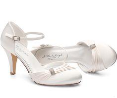 Communion Shoes, Wedding Pumps, Just Married, Kitten Heels, Dress Shoes, Beautiful, Sandals, Hair Styles, Pink