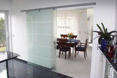 Unsere Schiebetür Mercato aus Glas stellt einen eleganten Raumteiler dar