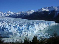 El Perito Moreno Glaciar es muy bello. Turistas hacen un excursion en el Perito Moreno Glaciar. Hace frío todos los dias en la Perito Moreno Glaciar.